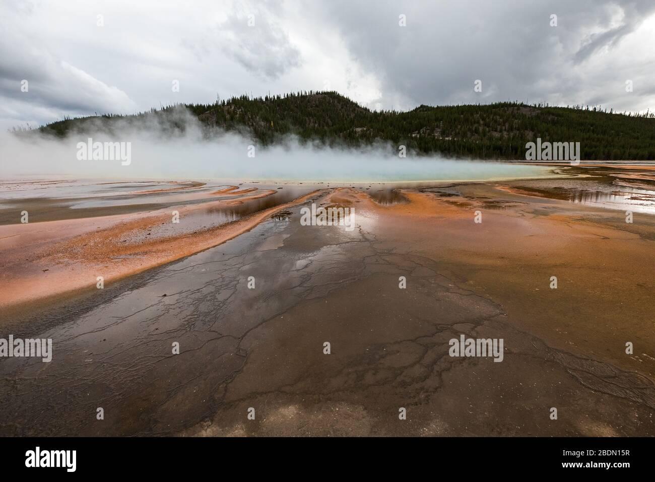 Gran Primavera prismática en el Parque Nacional Yellowstone en un día tormentoso de otoño, los colores de las esteras bacterias muestran las características dramáticas de Yellowstone. Foto de stock