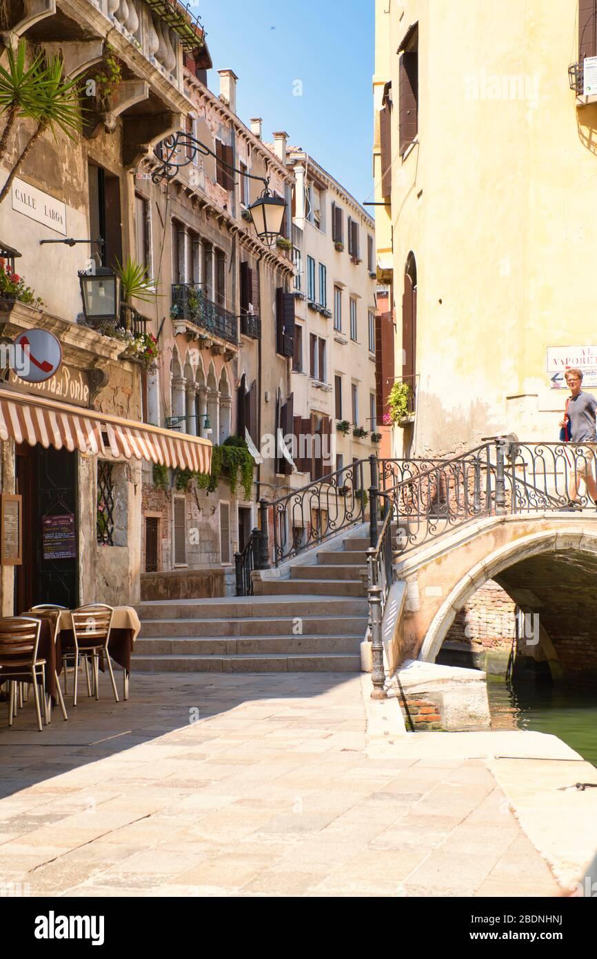 Venecia, Italia - 1 de julio de 2017: Una vista de las estrechas calles de Venecia, las coloridas casas venecianas, con calles casi vacías, Corona infecciosa Foto de stock