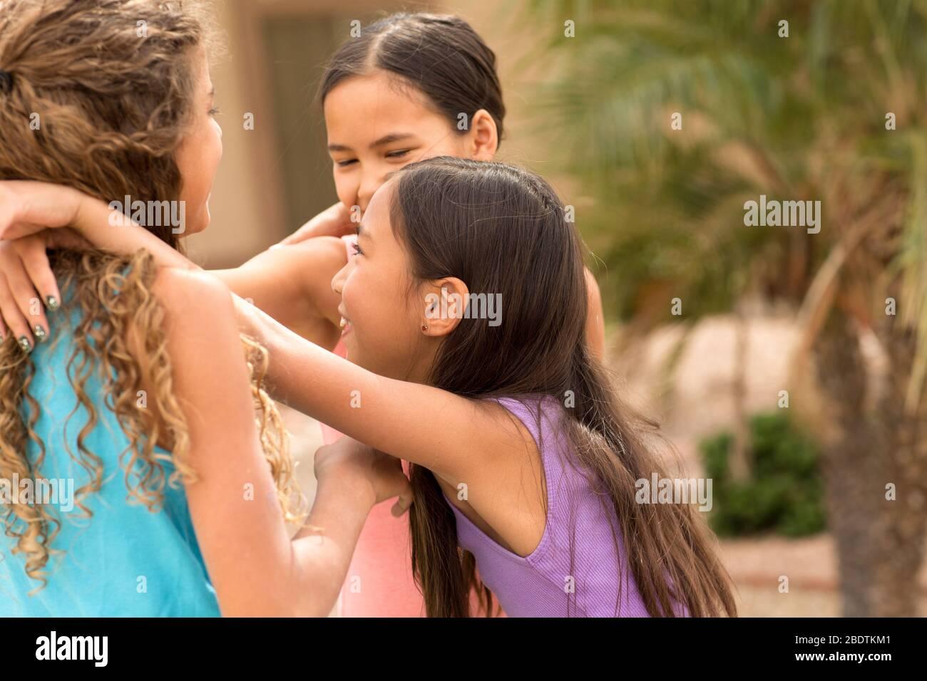 Un grupo diverso de amigos jugando y riendo. Foto de stock