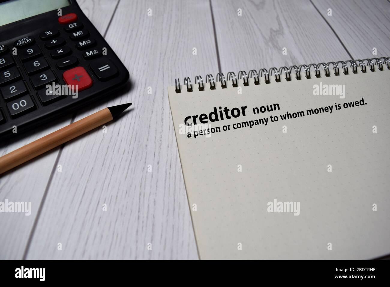Definición de palabra acreedor con significado en un libro. Concepto de diccionario Foto de stock