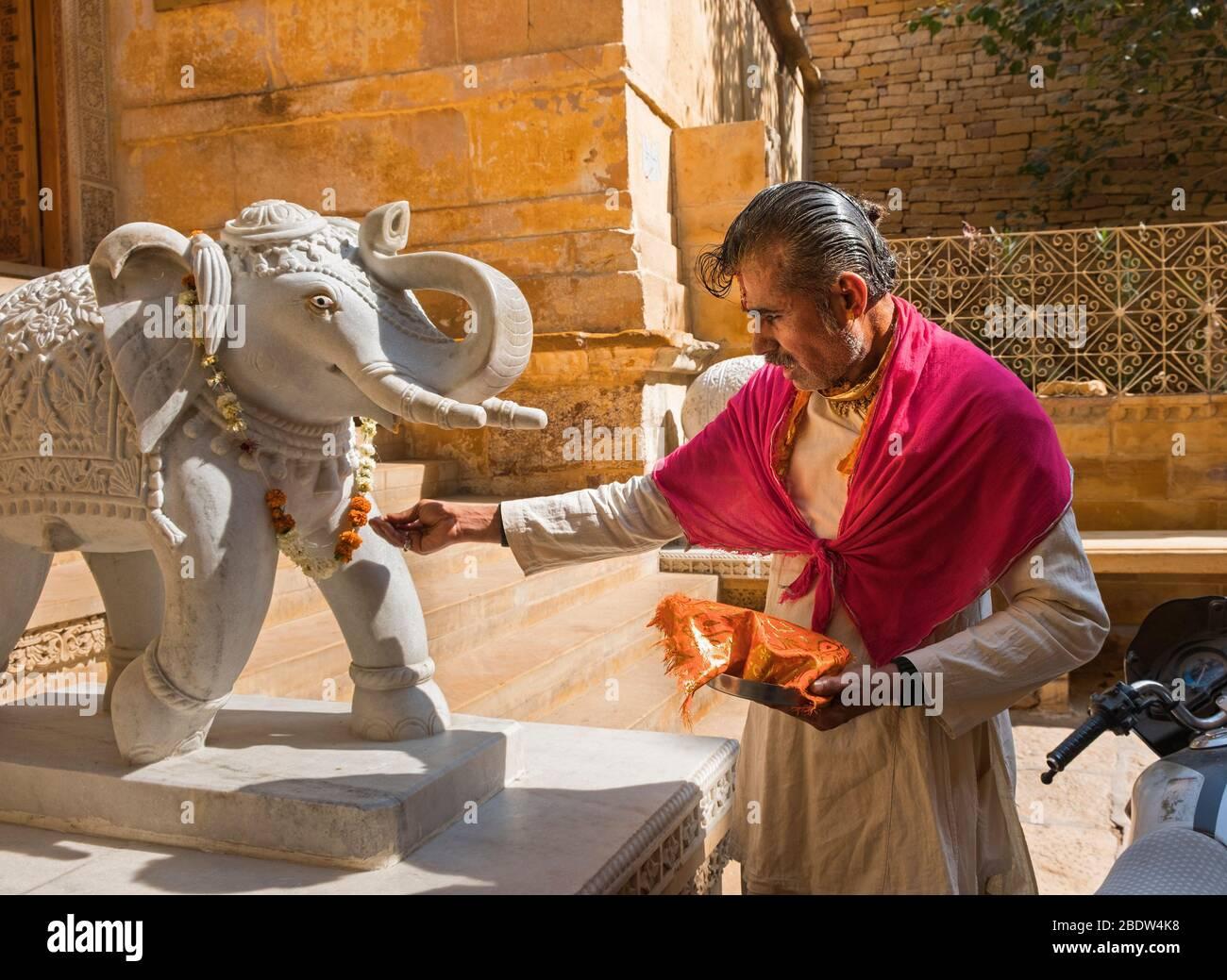 Templo sacerdote y elefante estatua Laxminath Mandir Jaisalmer fuerte Rajasthan India Foto de stock
