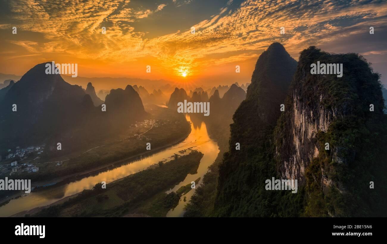Paisaje al amanecer del hermoso río Li y colinas de piedra caliza en Yangshuo, Guilin, China. Foto de stock