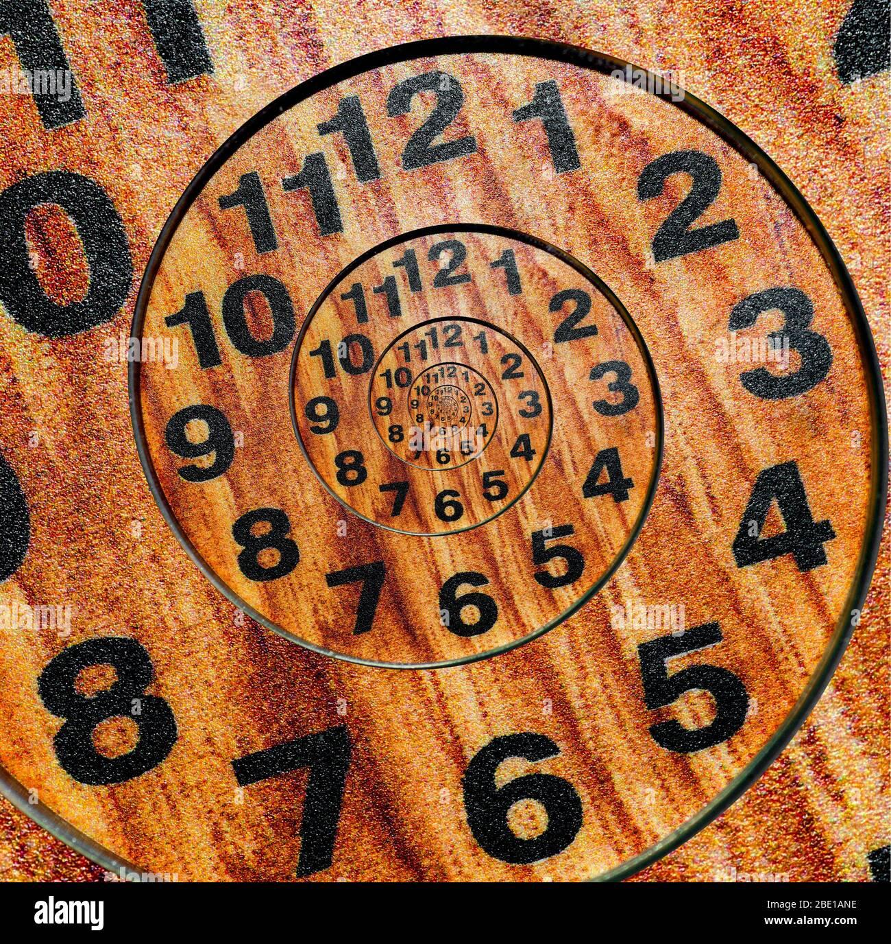 Reloj de madera infinito con curvas espirales interminables. Ciclos de tiempo. Foto de stock