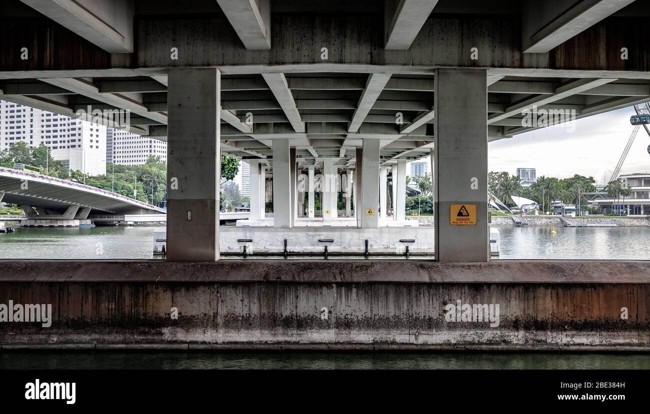 Simetría encontrada bajo un puente en el centro de Singapur - simetría encontrada bajo un puente en el centro de Singapur Foto de stock