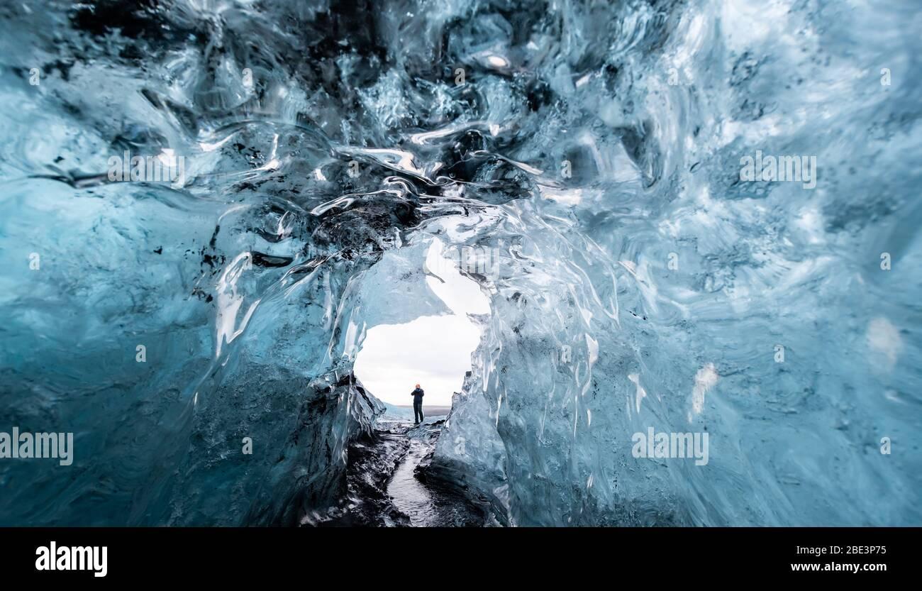 Dentro de una cueva de hielo glaciar en Islandia Foto de stock