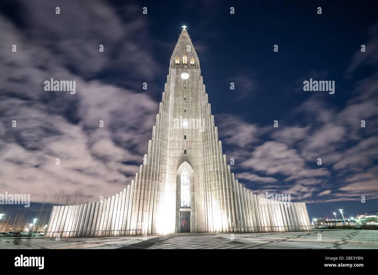 Hallgrímskirkja, iglesia parroquial luterana en Reykjavik, Islandia Foto de stock