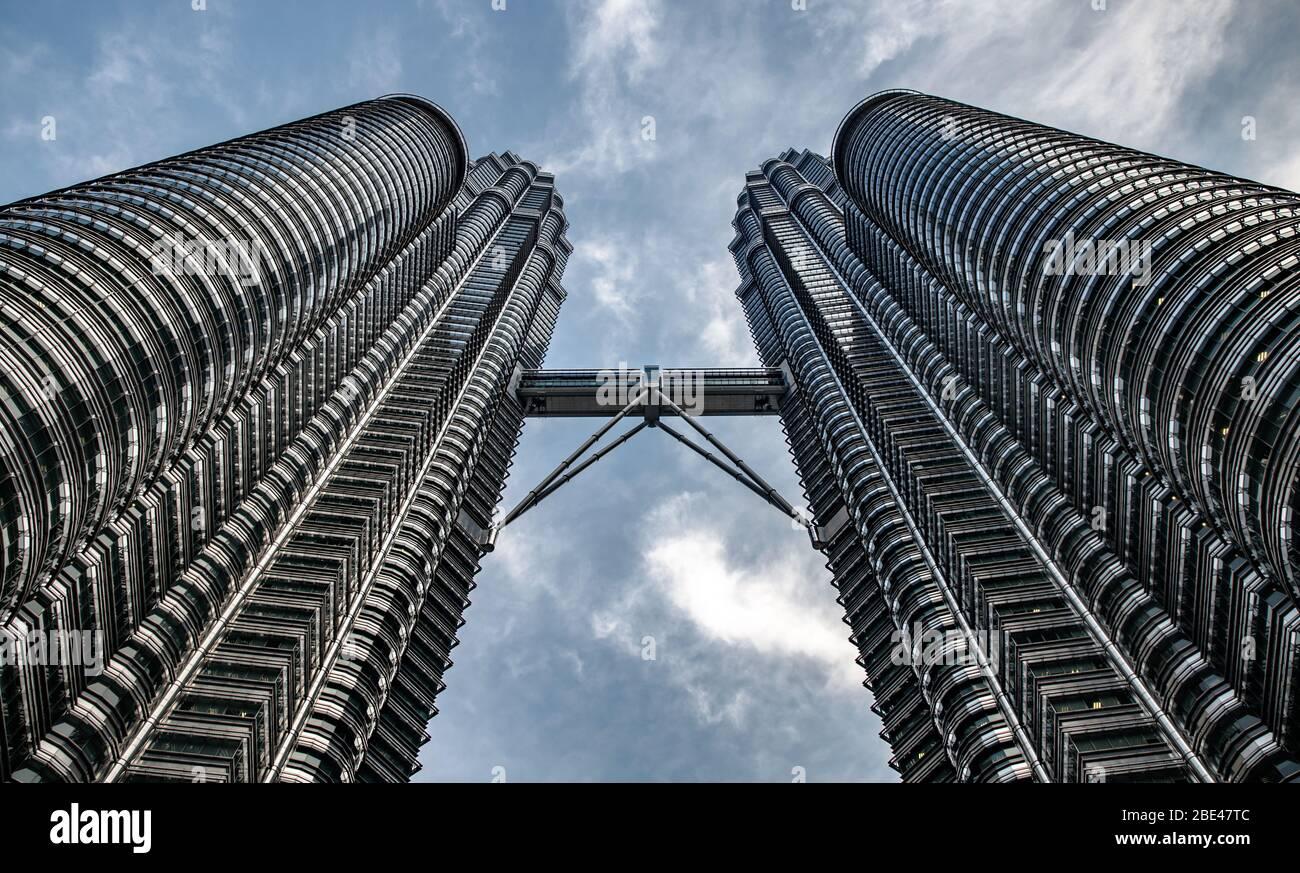 Vista simétrica desde abajo de las Torres Petronas en Kuala Lumpur - Vista simétrica desde abajo de abajo abajo de las torres Petronas Foto de stock