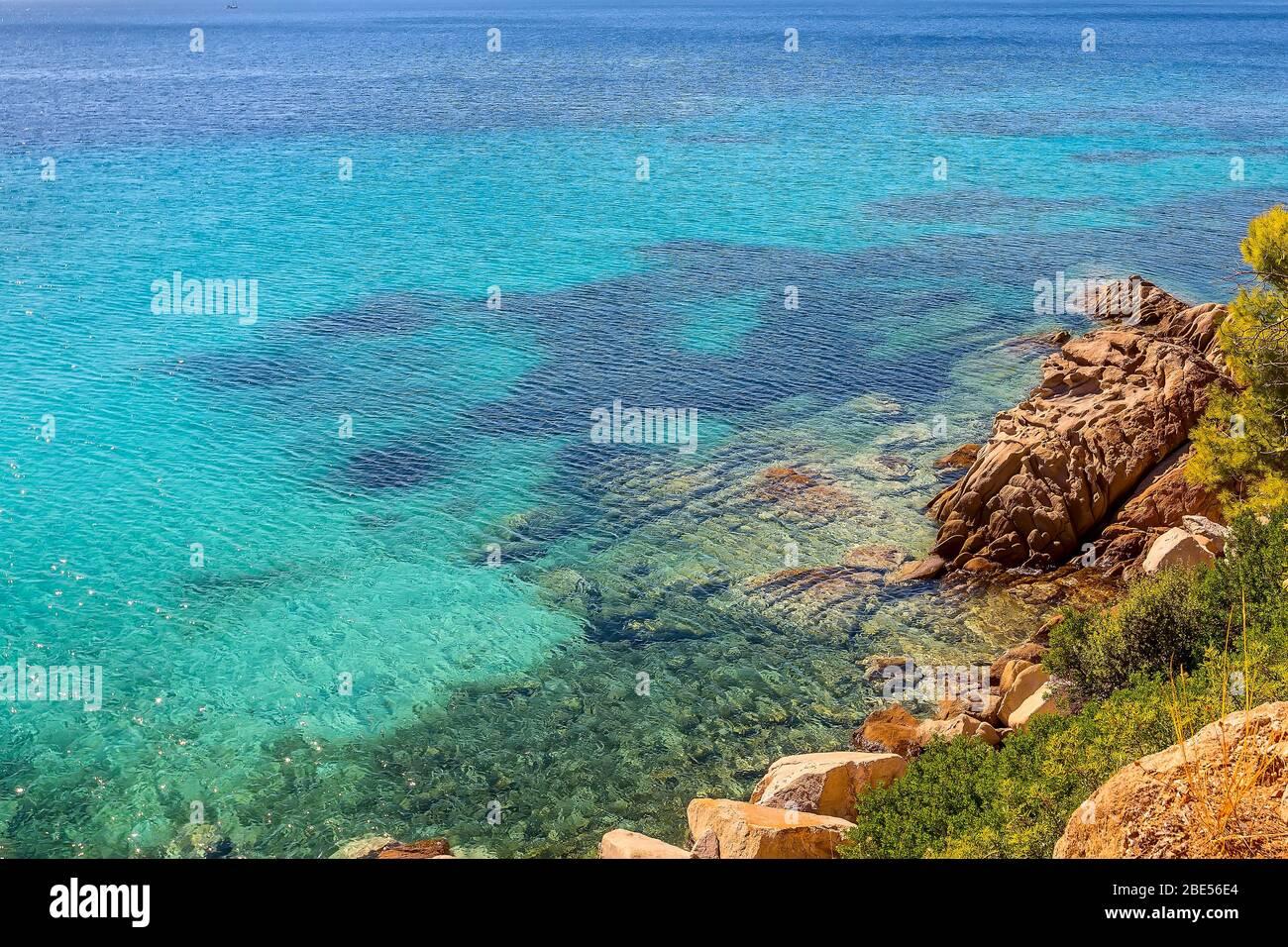 Naturaleza azul turquesa claro mar agua fondo de vacaciones con y piedra playa orilla Foto de stock