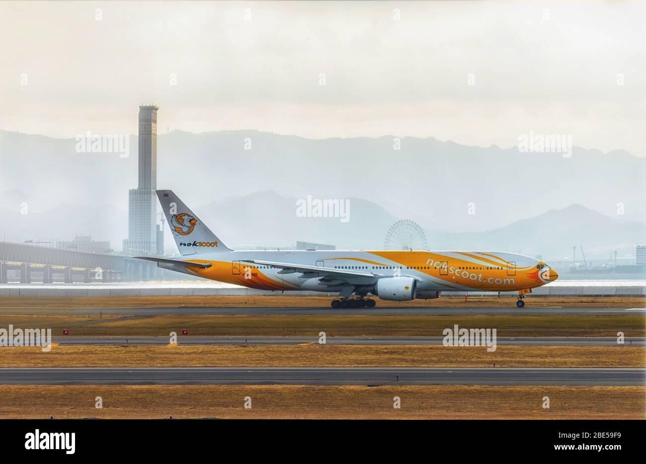 NOK Scoot avión esperando para despegar en el Aeropuerto Internacional de Kansai, Japón Foto de stock