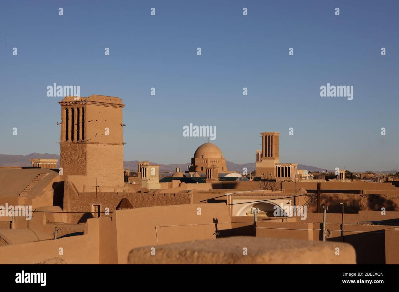 Vista de tejados con cortavientos, torres de viento (badgirs) en Yazd, Provincia de Yazd, Irán, Persia, Oriente Medio Foto de stock
