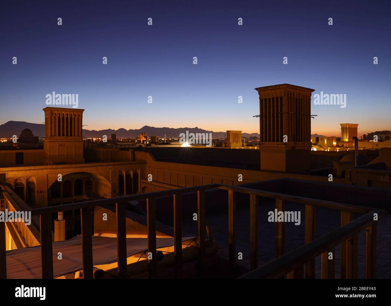 Vista de tejados con cortavientos, torres de viento (badgirs) por la noche en Yazd, Provincia de Yazd, Irán, Persia, Oriente Medio. Foto de stock