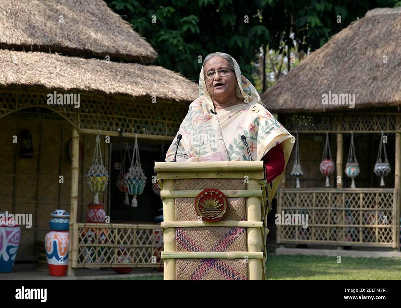 Dhaka, Bangladesh. 14 de abril de 2020. El primer Ministro de Bangladesh, Sheikh Hasina, habla en un discurso televisado a la nación en Dhaka, Bangladesh, el 13 de abril de 2020. El gobierno de Bangladesh ha revelado un plan de seguro especial y un subsidio para profesionales de la salud y otros combatientes de primera línea del COVID-19, incluidos funcionarios encargados de hacer cumplir la ley. (PID/Folleto via Xinhua) crédito: Xinhua/Alamy Live News Foto de stock