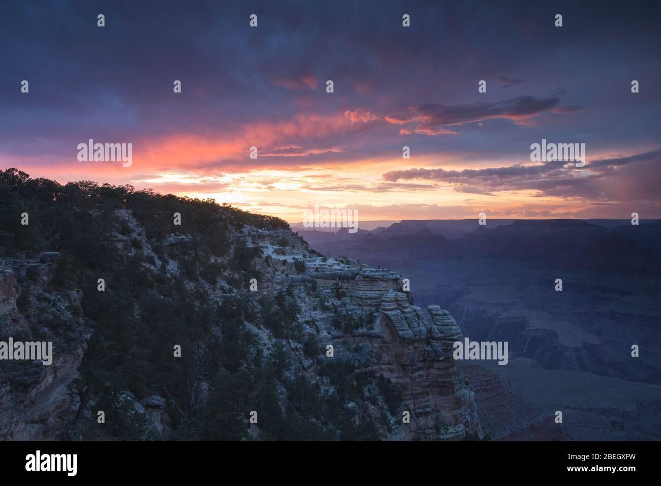 Puesta de sol en el Gran Cañón con cielo rojo Foto de stock
