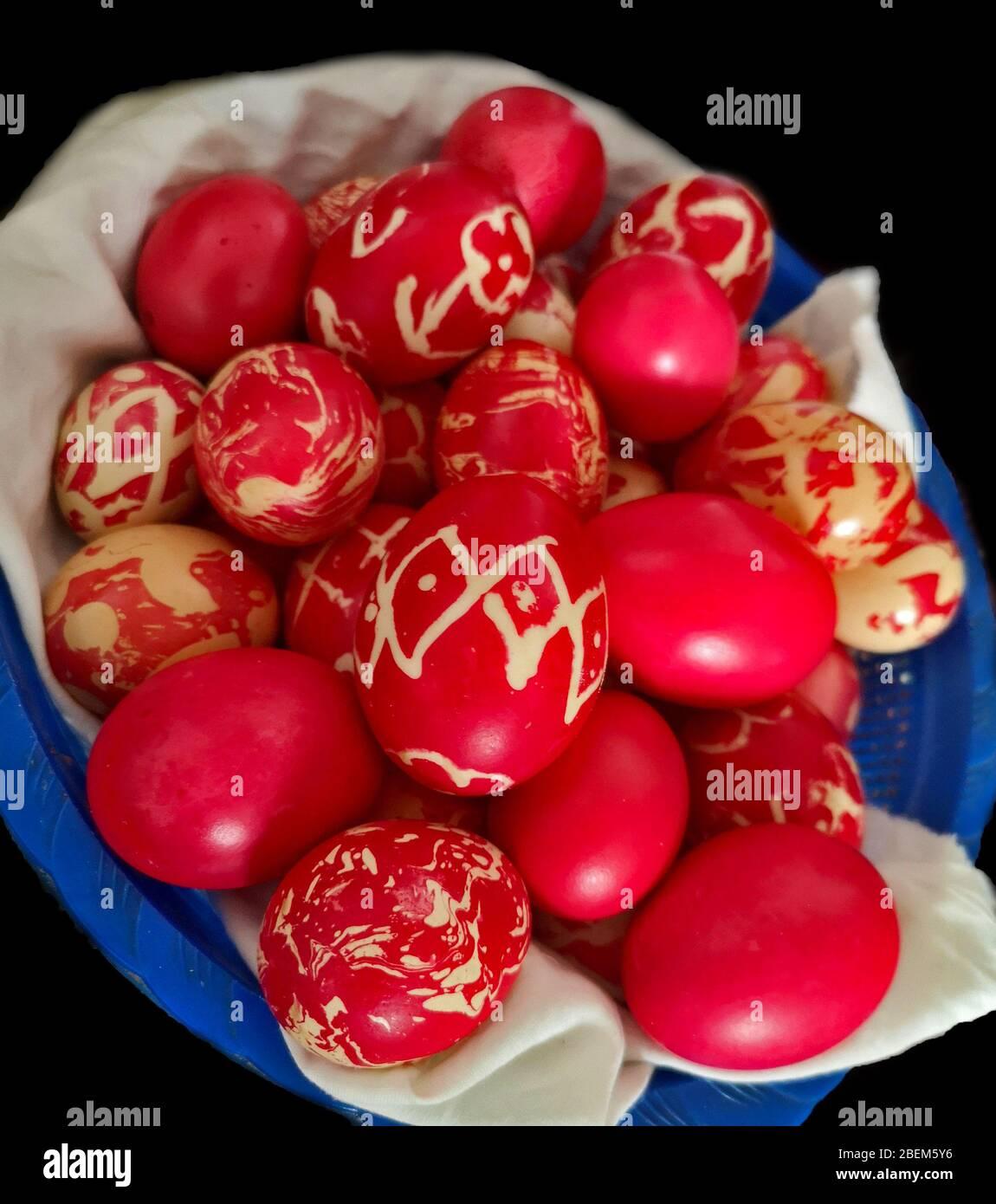 Huevos caseros teñidos, huevos rojos de colores preparados para la Pascua con varios patrones, huevos pintados ortodoxos tradicionales listos para la celebración Foto de stock