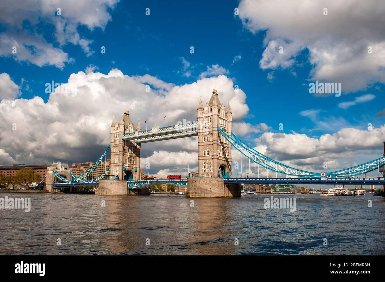 Tower Bridge, Londres, Inglaterra. Es un puente levadizo de Londres, situado en el río Támesis. Considerado uno de los símbolos de la capital inglesa Foto de stock