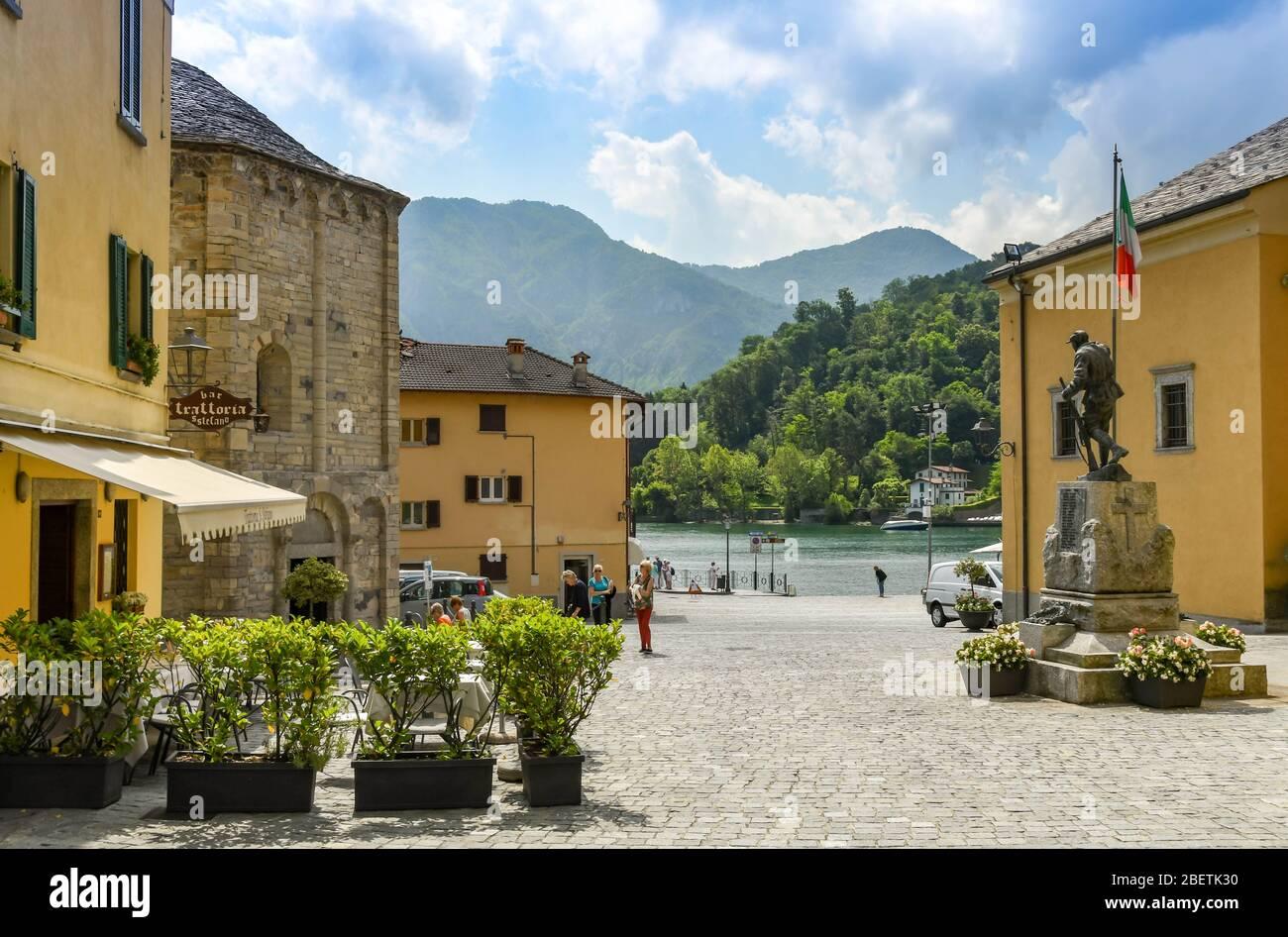 LENNO, LAGO COMO, ITALIA - JUNIO 2019: Plaza del pueblo en Lenno en el Lago como Foto de stock