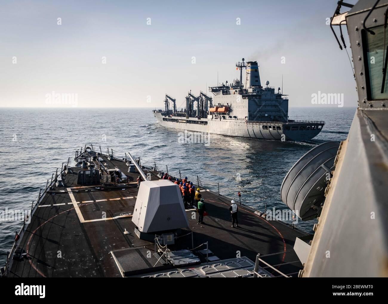 200414-N-WI365-1018 MAR DE CHINA ORIENTAL (ABRIL 14, 2020) – el destructor de misiles guiados de la clase Arleigh Burke USS McCampbell (DDG 85) se prepara para venir junto al lubricador de reabastecimiento de la flota USNS Tippecanoe (T-AO 199) antes de un reabastecimiento en el mar. McCampbell está realizando operaciones en la región del Indo-Pacífico mientras que está asignado al Escuadrón Destroyer (DESRON) 15, el mayor DESRON desplegado hacia adelante de la Marina y la principal fuerza de superficie de la 7a flota de los Estados Unidos. (EE.UU Foto de la Marina por Especialista en Comunicación de masas de segunda clase Markus Castañeda) Foto de stock