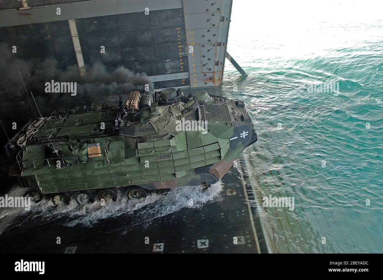 (Nov. 3, 2012), un vehículo de asalto anfibio (AAV) sale el dock buque anfibio de transporte USS Green Bay (LPD 20) durante una rutina de ejercicio de formación bien cubierta. Green Bay es parte de Peleliu Amphibious Ready Group, iniciado con la 15ª Unidad Expedicionaria de la Marina, y está desplegado en apoyo de operaciones de seguridad marítima y los esfuerzos de cooperación de seguridad de teatro en los EE.UU. 5ª Flota área de responsabilidad. Foto de stock