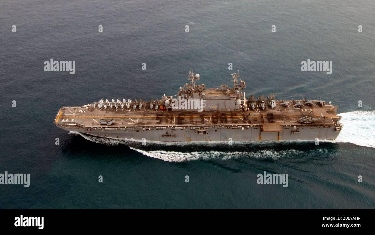 (Oct. 20, 2012) Los marineros e infantes de marina a bordo del buque de asalto anfibio USS Peleliu (LHA 5) deletrear SHELLBACK-12 mientras en formación en honor de aquellos que cruzaron el ecuador por primera vez. Peleliu es el buque insignia de la Peleliu Amphibious Ready Group en la implementación con el dock buque anfibio de transporte USS Green Bay (LPD 20) y en la base de aterrizaje anfibio buque USS Rushmore (LSD 47), con la 15ª Unidad Expedicionaria de los Infantes de Marina se embarcó a lo largo de las tres naves. Foto de stock