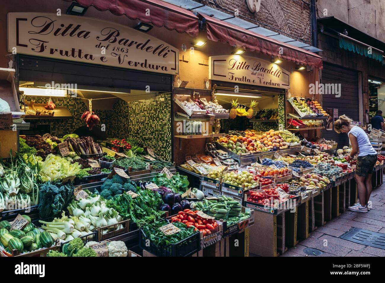 Ditta Bardelli Frutta E Verdura - Tienda de frutas y verduras en Bolonia, capital y ciudad más grande de la región de Emilia Romagna en el norte de Italia Foto de stock