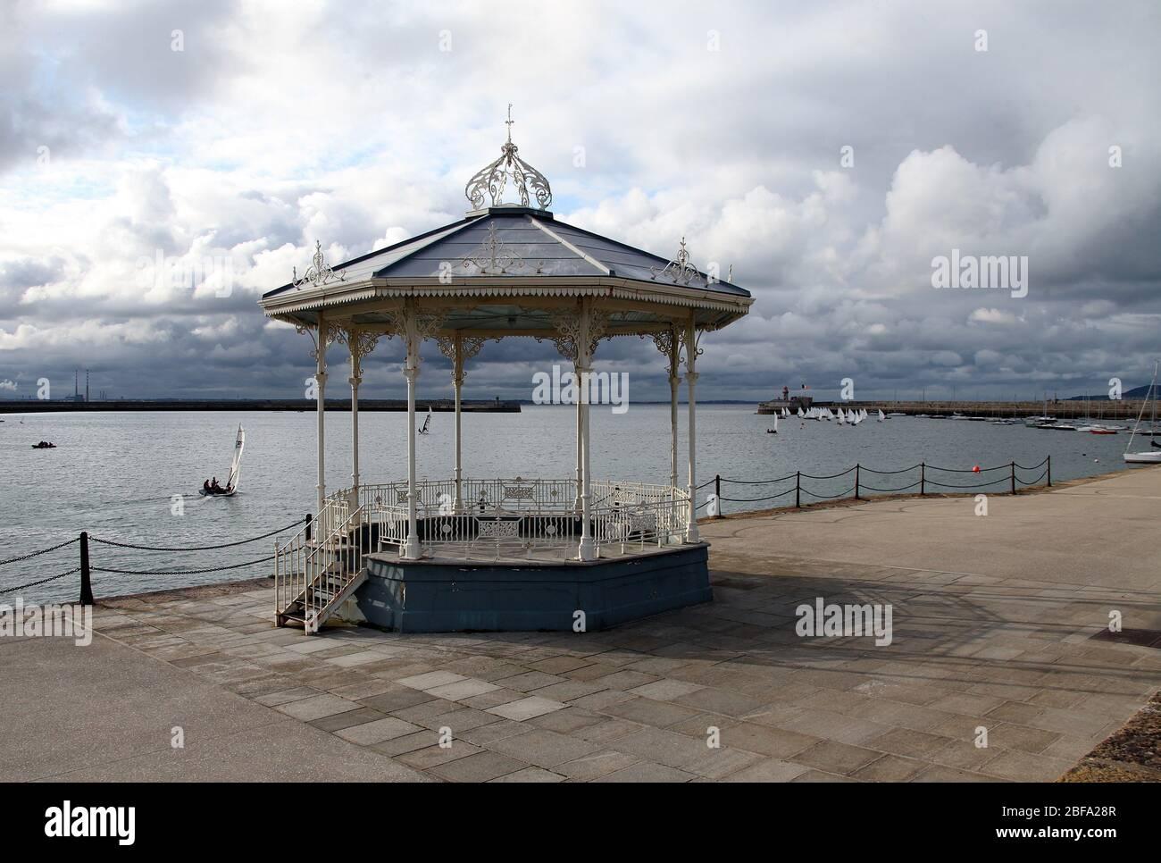 East Pier bandstand victoriano en Dun Leoghaire con Poolbeg Stacks en la distancia Foto de stock