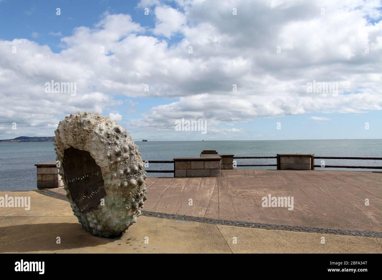 Escultura frente al mar de un erizo llamado Mothership por Rachel Joynt en Newborough en el condado de Dublín Foto de stock