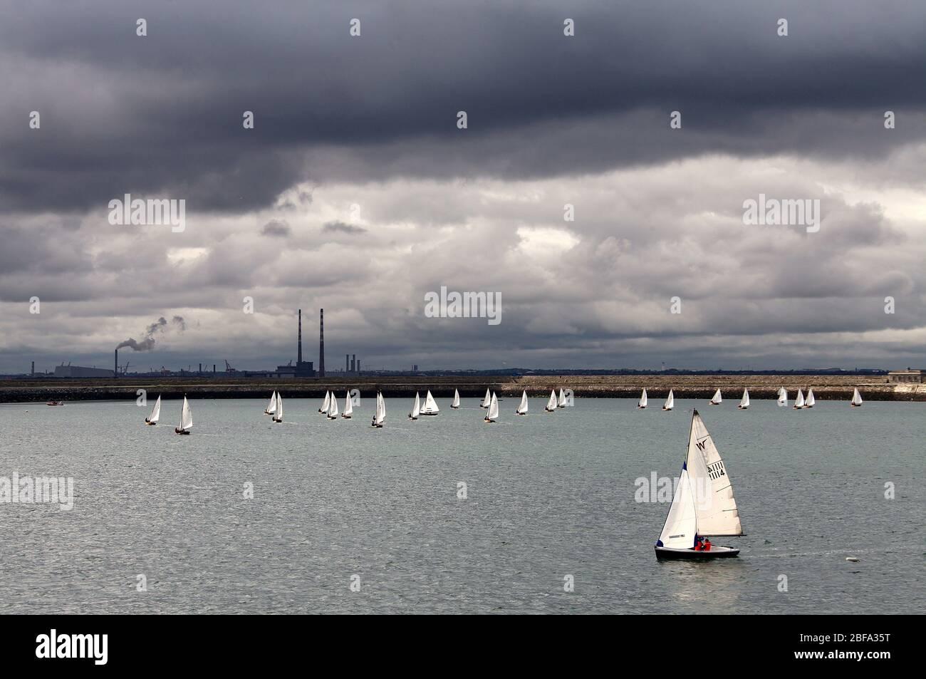 Nubes de tormenta sobre la Bahía de Dublín Foto de stock