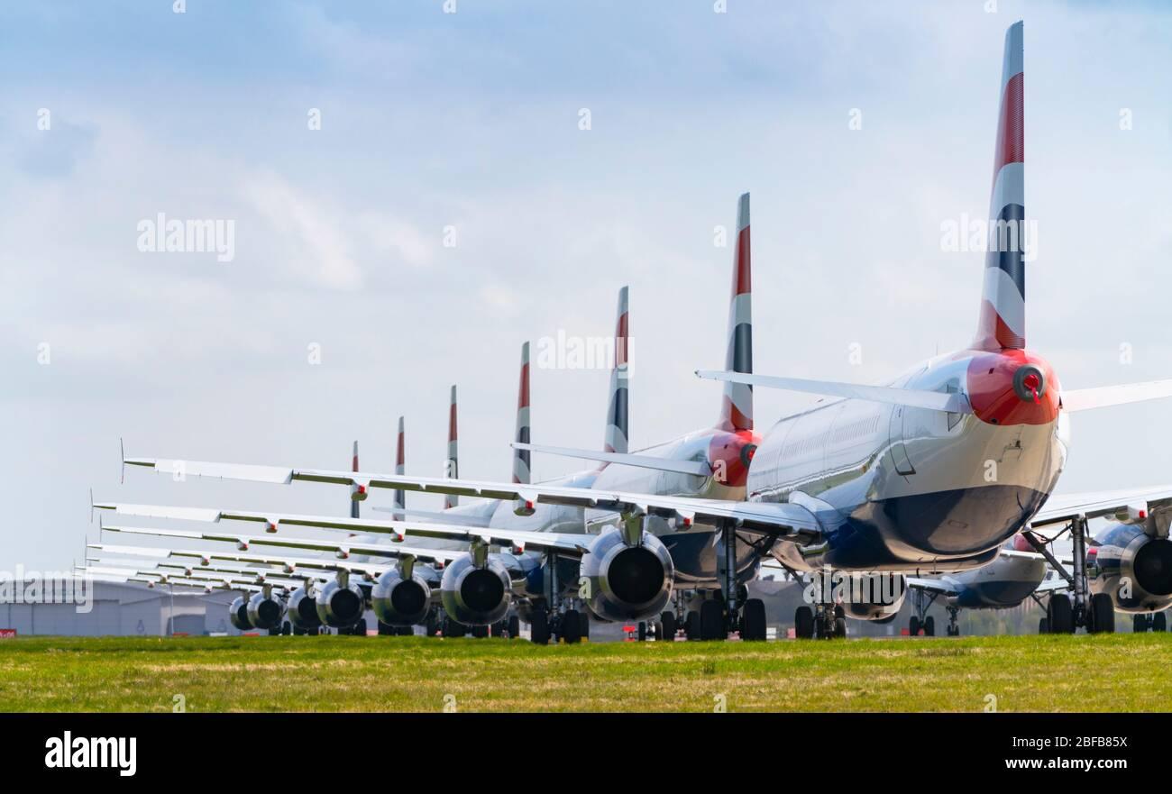 Muchos aviones de pasajeros de British Airways fuera de servicio se asentaron en el aeropuerto de Glasgow, Escocia, Reino Unido, durante el bloqueo de coronavirus Foto de stock