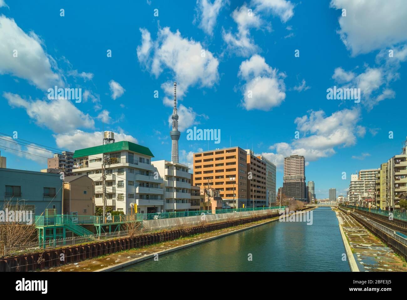 El río Yokojukken también nombró el río Tenjin debido a su proximidad al santuario Kameido Tenjin en el distrito Kuroda de Tokio con el Skytree Tow Foto de stock