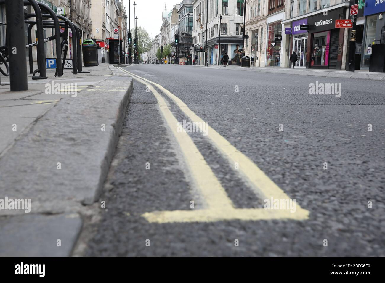 Londres, Reino Unido. 18 de abril de 2020. Día veintiséis de Lockdown en Londres. Una calle Oxford casi desierta, ya que el país está en encierro debido a la pandemia del coronavirus COVID-19. No se permite a la gente salir de casa excepto por compras mínimas de alimentos, tratamiento médico, ejercicio - una vez al día, y trabajo esencial. COVID-19 Coronavirus Lockdown, Londres, Reino Unido, el 18 de abril de 2020 crédito: Paul Marriott/Alamy Live News Foto de stock