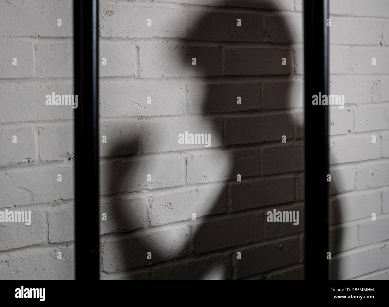Sombra de un preso violento, imagen del concepto de abuso de la prisión Foto de stock