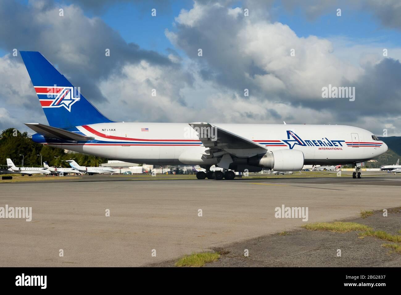 Amerijet International Boeing 767 cargo antes de la salida desde el aeropuerto de St Maarten (SXM). Aviones de carga con registro N741AX. Foto de stock
