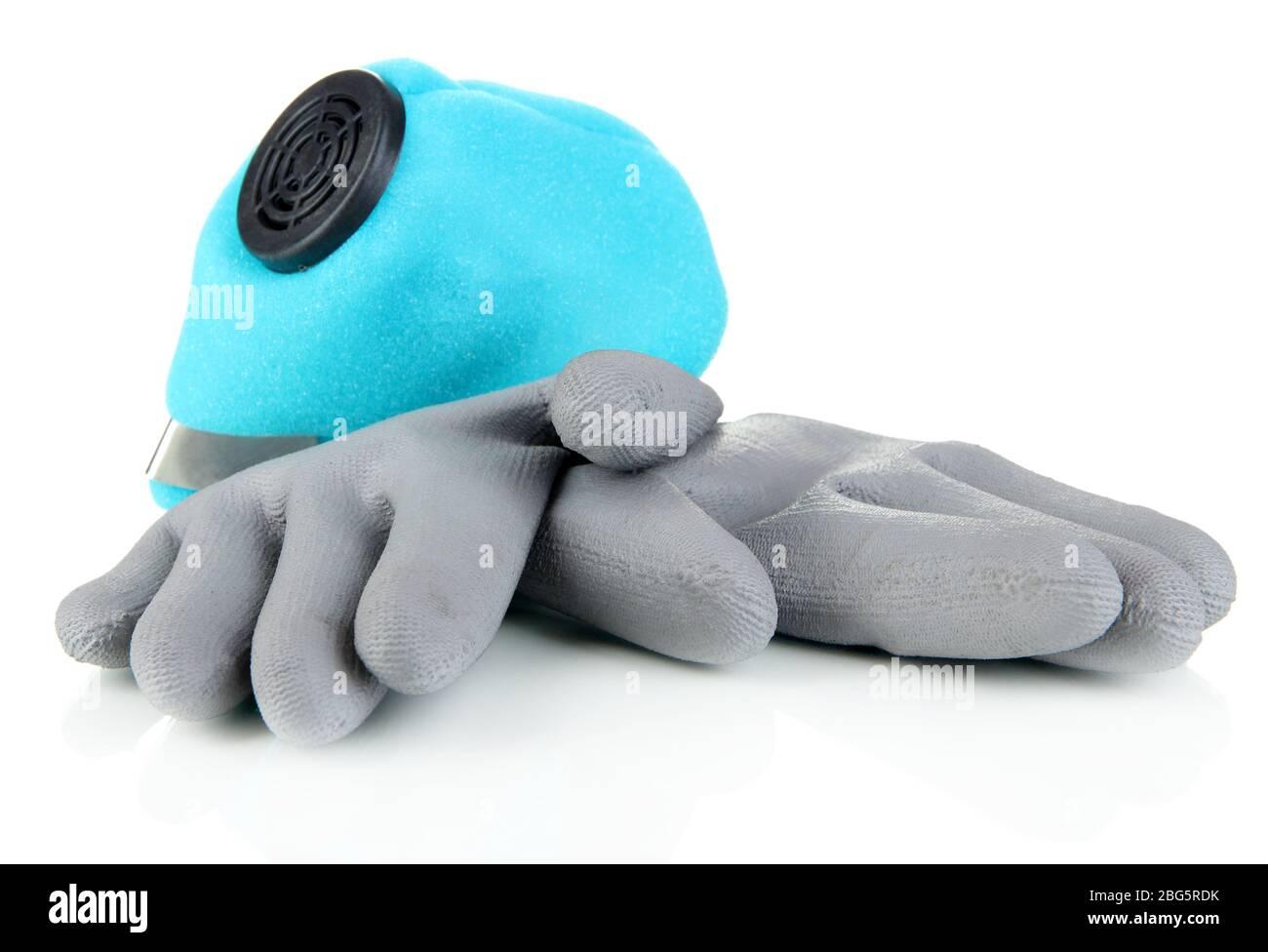 Respirador y guantes protectores aislados sobre blanco Foto de stock