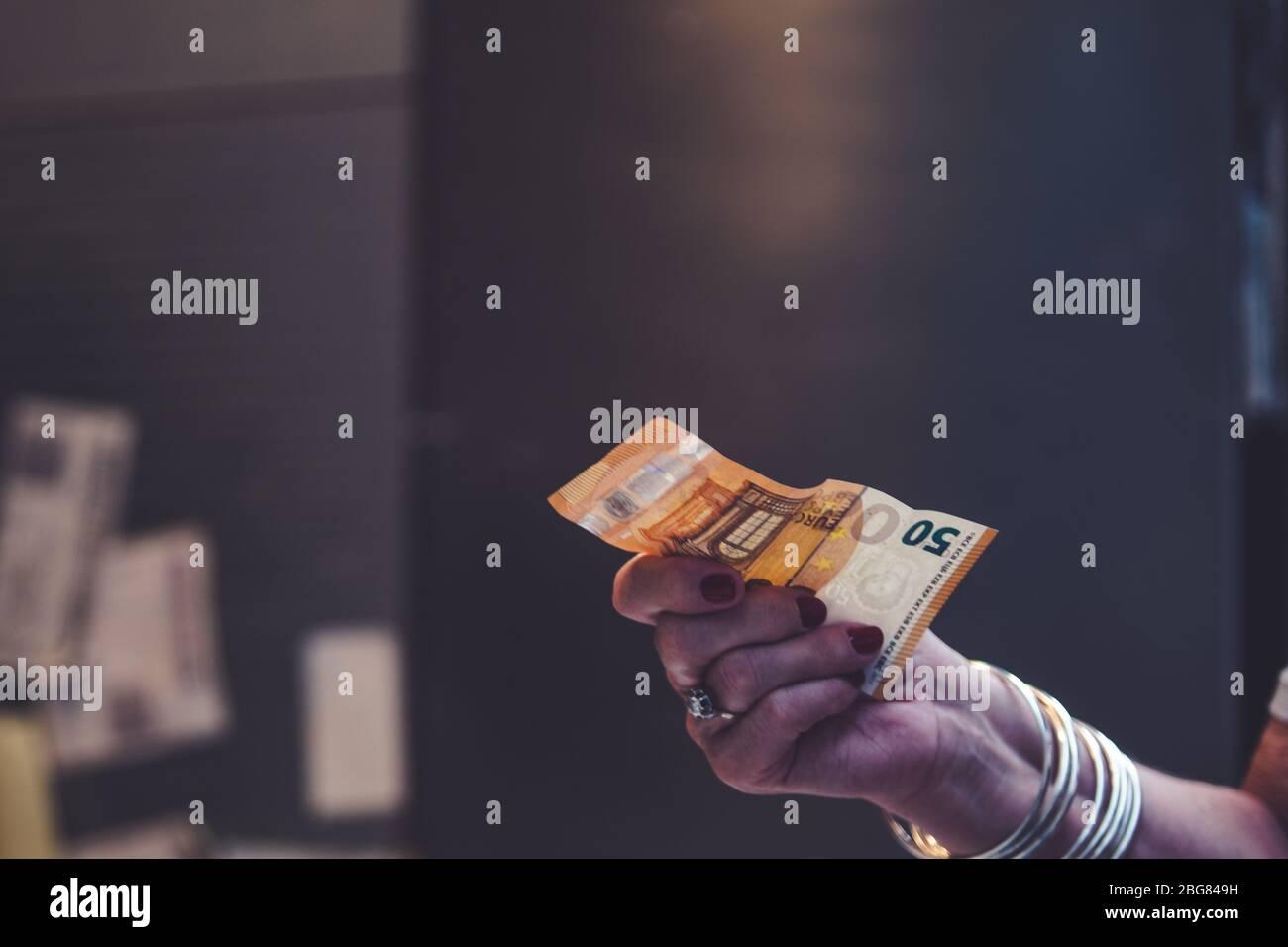 Personas que pagan con dinero en efectivo en un mercado Foto de stock