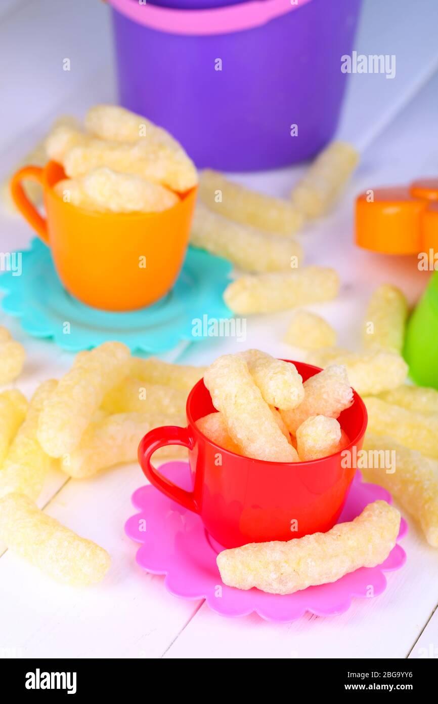 Palos de maíz en niños platos de juguete en la mesa de
