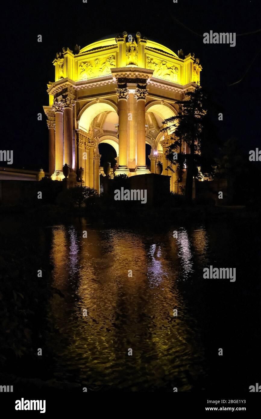 El Palacio de Bellas Artes en el Distrito de Marina por la noche, San Francisco, California, Estados Unidos Foto de stock