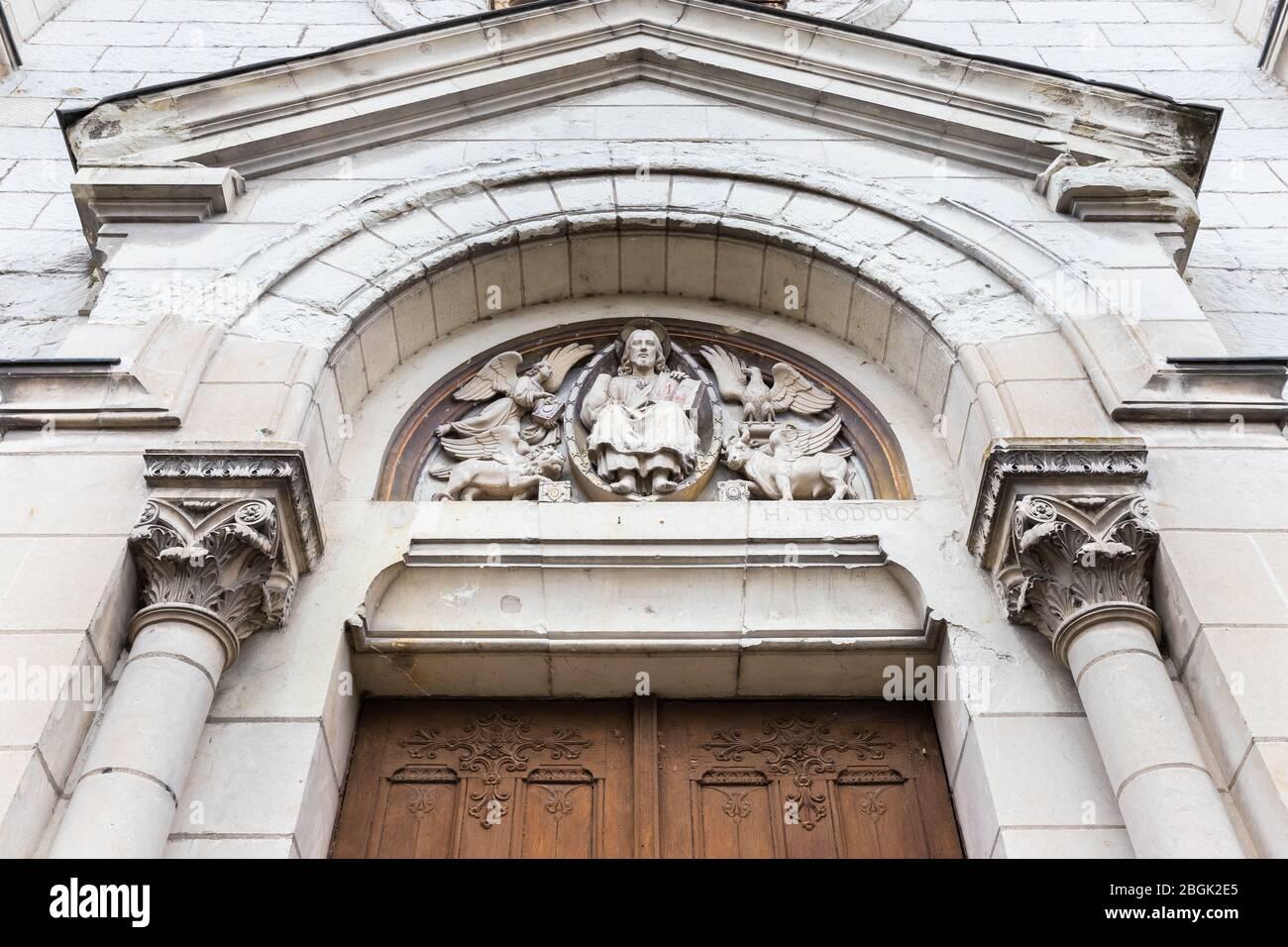 Detalle arquitectónico de la parroquia ortodoxa rumana de Saint Nectaire de Tours y la capilla de Saint Francois en el centro de la ciudad en un día de invierno Foto de stock