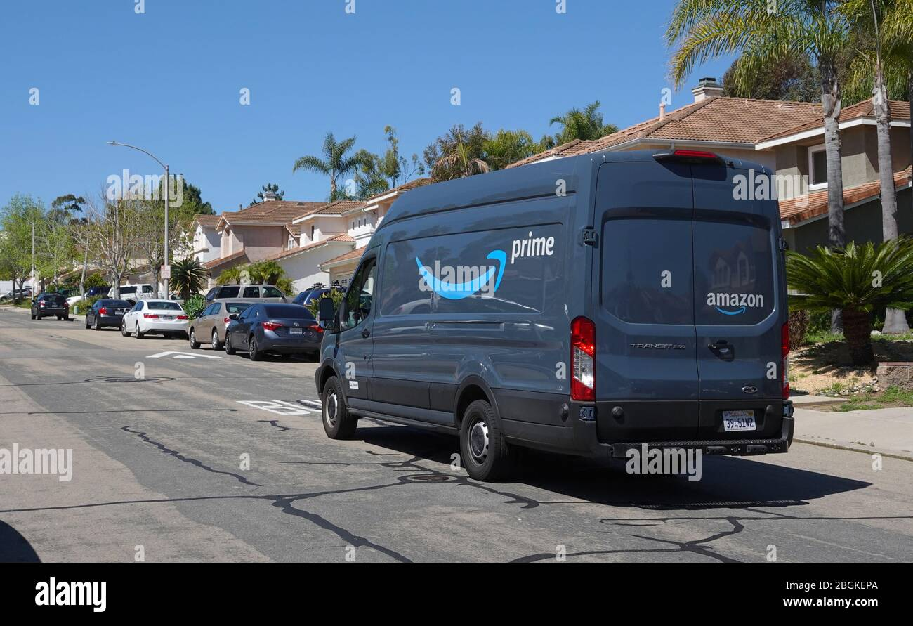 Amazon Prime entrega van en las entregas en el barrio suburbano ...