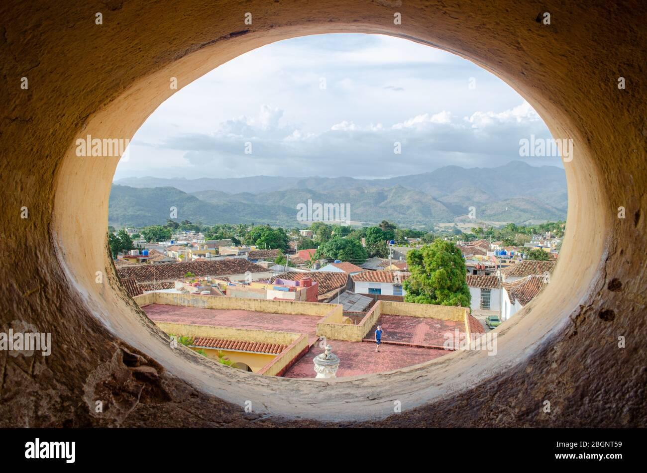 Vista del paisaje de Trinidad y las montañas Escambray vista desde la cima del campanario en el 'Museo Nacional de la lucha contra Bandidos'. Foto de stock
