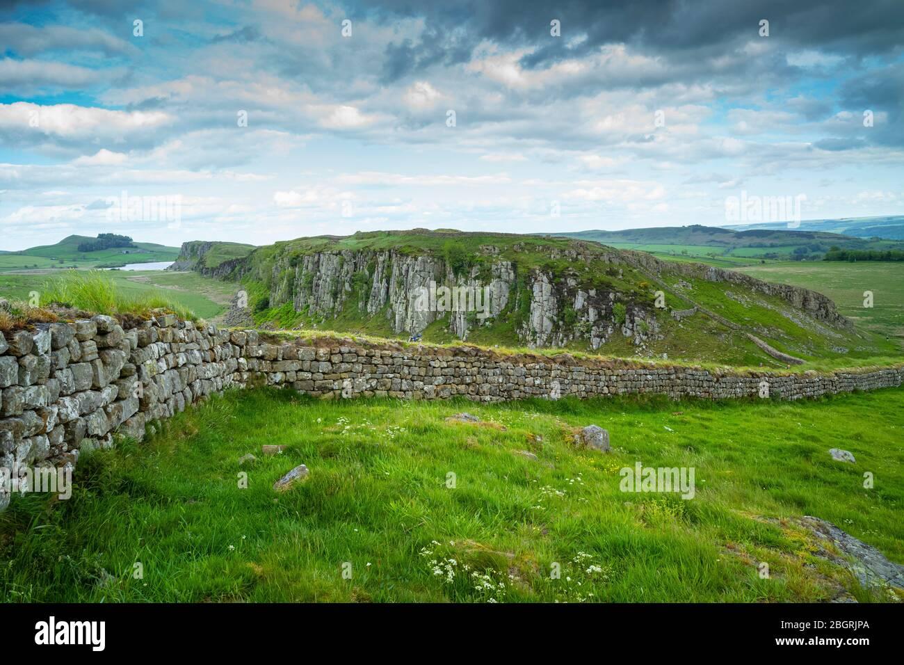 Muro de Adriano, límite de construcción de piedra en el Parque Nacional de Northumberland en Steel Ring, Inglaterra Foto de stock