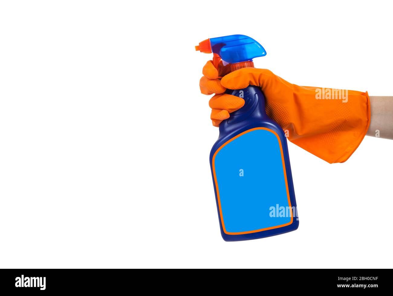 Manos enguantadas sosteniendo una botella de aerosol de limpieza, desinfectante químico sobre un fondo blanco Foto de stock