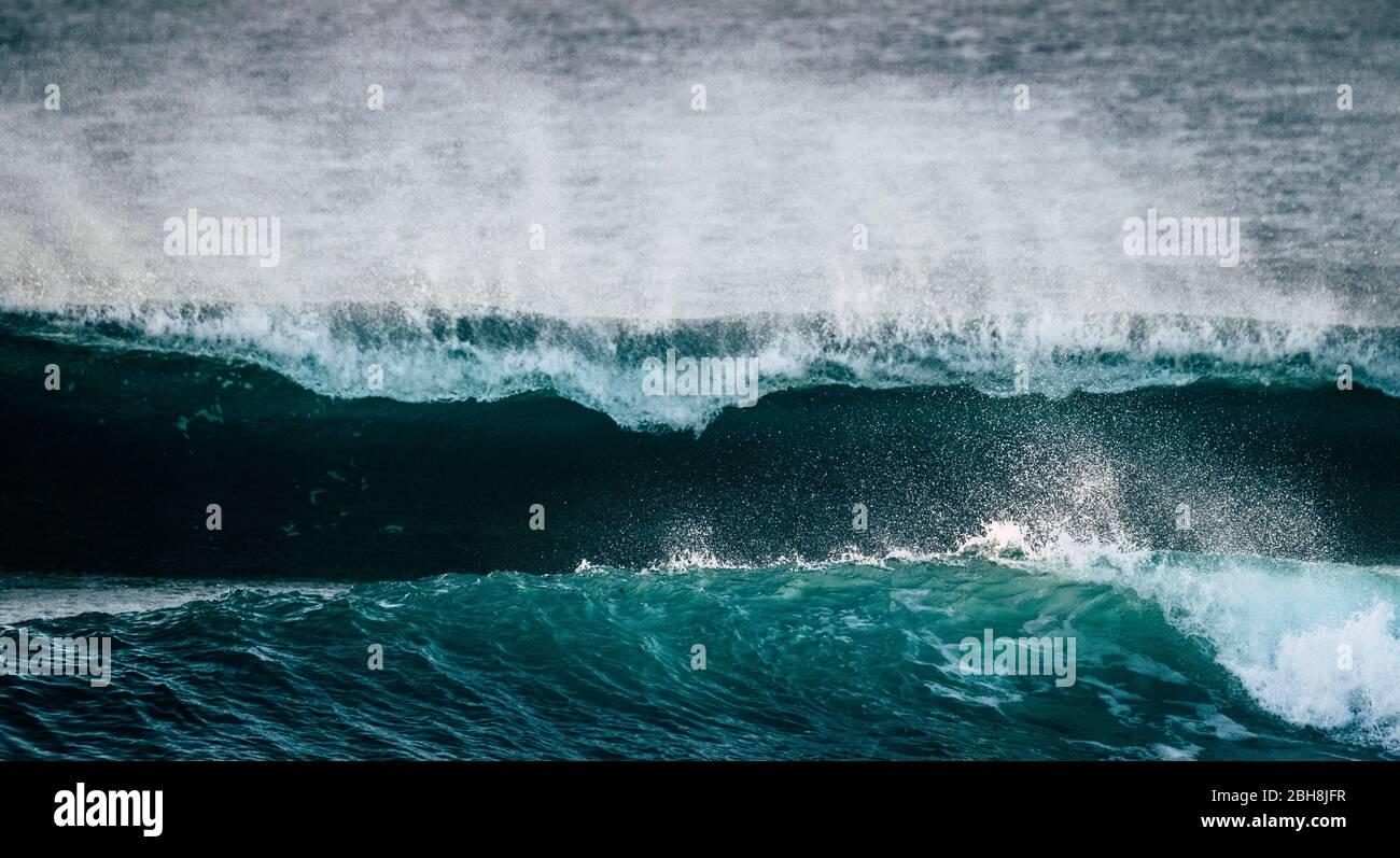 Peligrosa y potente ola de energía gran salpicadura espuma blanca y azul aguas profundas - tormenta oceánica y mal tiempo cambio climático para la enfermedad mundial por cambio de temperatura - punto de ruptura surfista Foto de stock