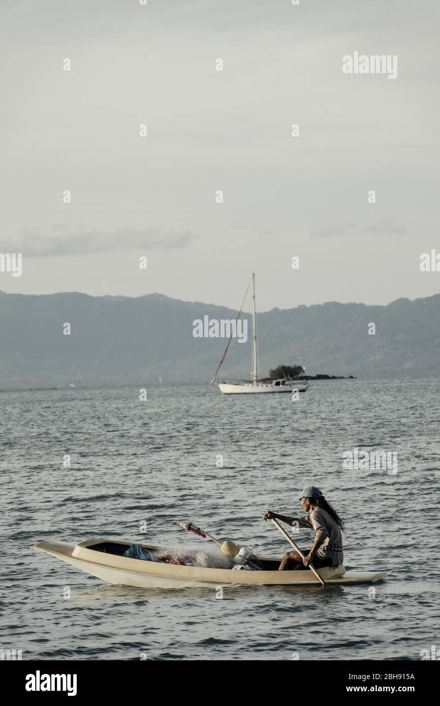 Pescador asiático en el barco frente a la costa Ko Samui Foto de stock