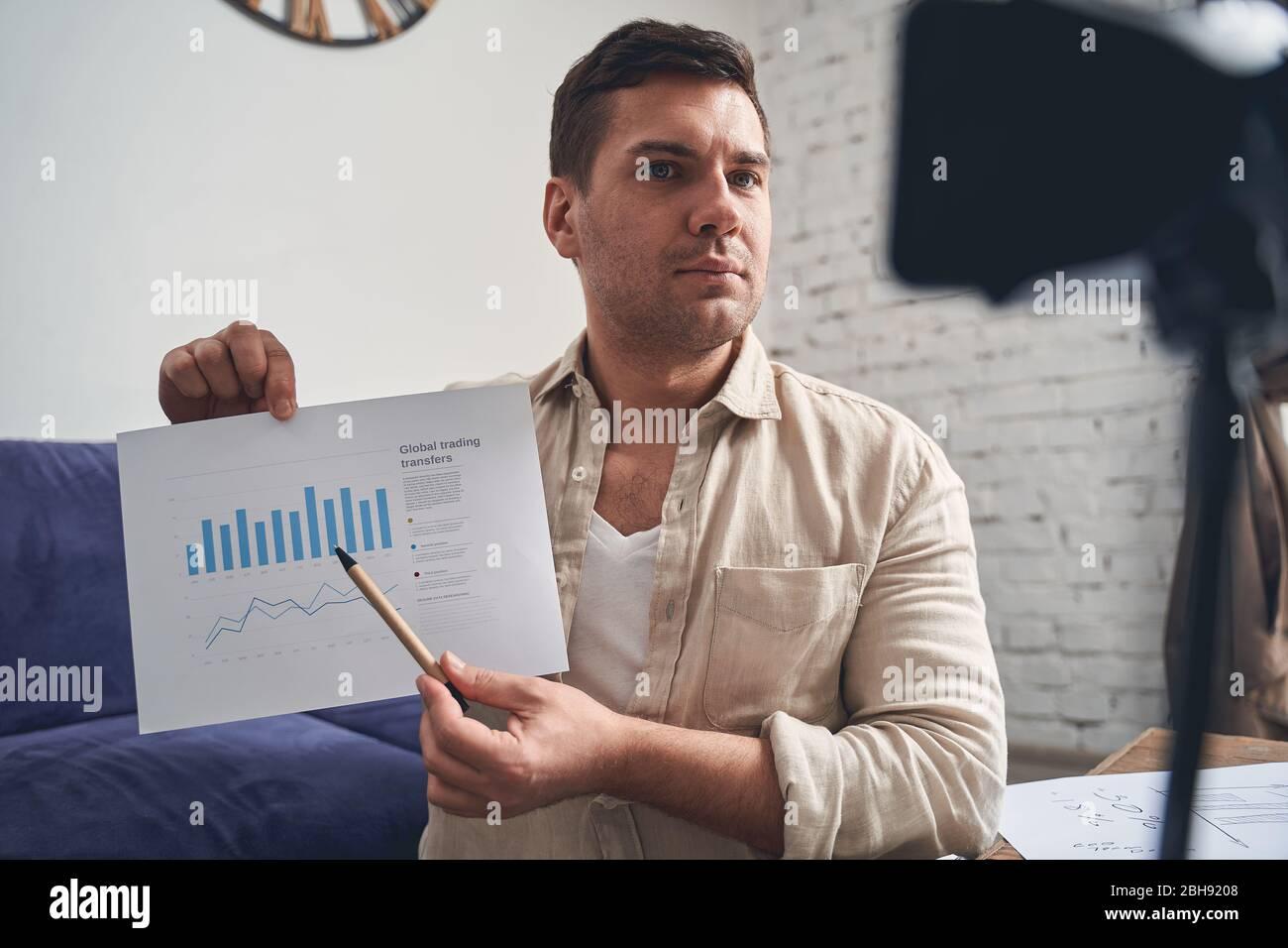 Blogger profesional enseñando habilidades de gestión financiera en línea Foto de stock