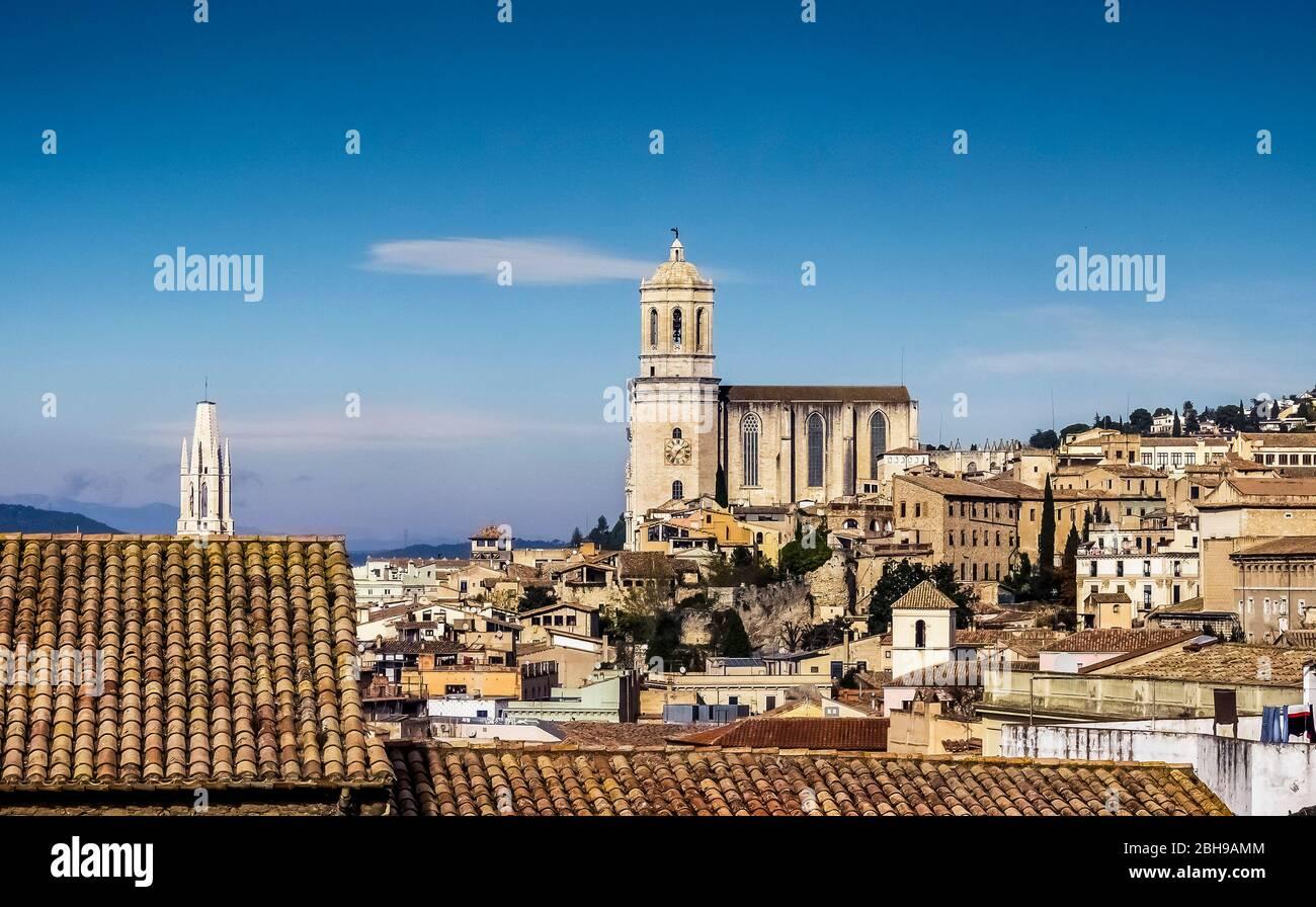 Vista de Girona y Catedral de Santa María de Gerona en otoño Foto de stock
