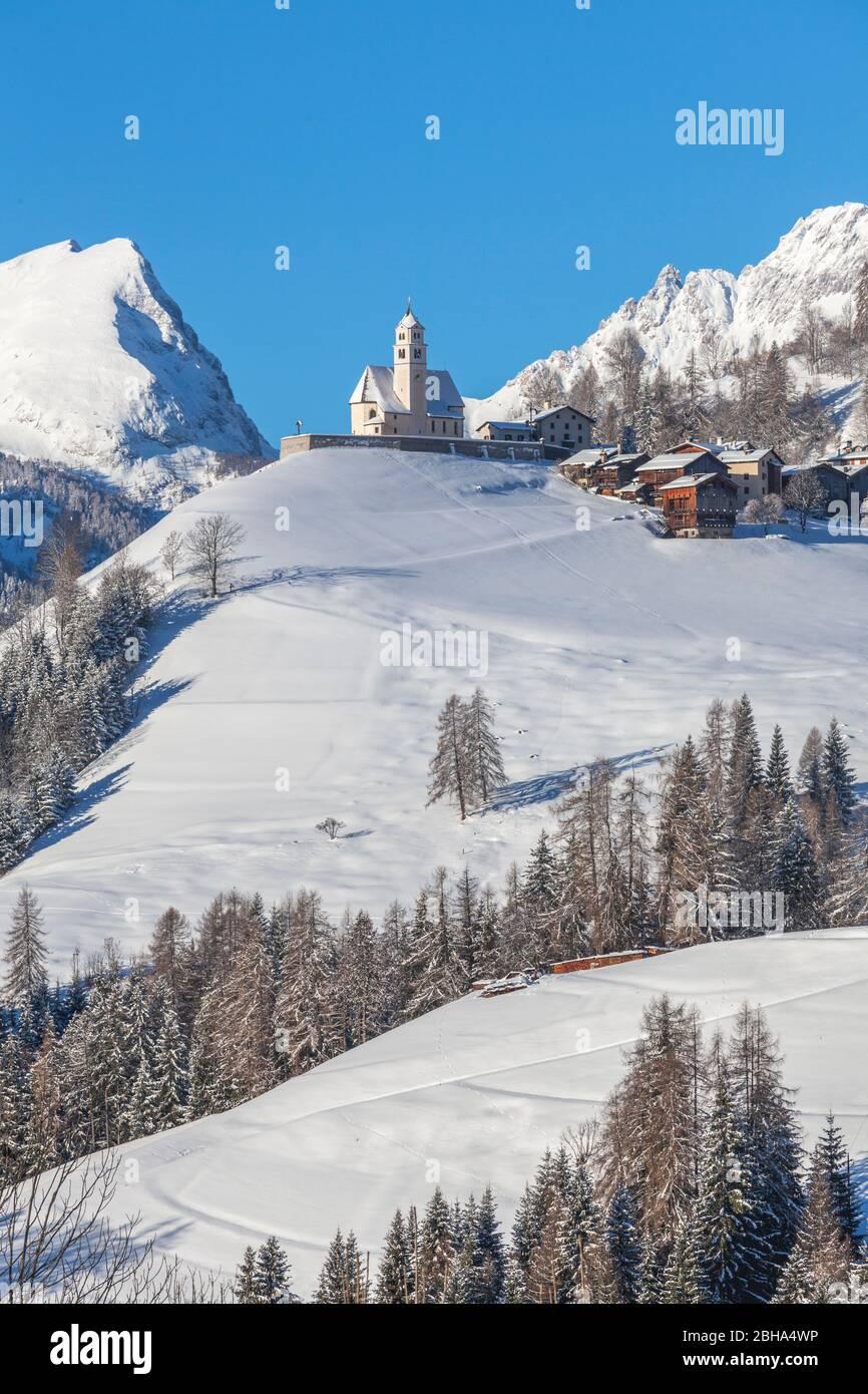 Colle Santa Lucia en Agordino, el pueblo con la iglesia en la colina, Dolomitas, Belluno, Veneto, Italia Foto de stock