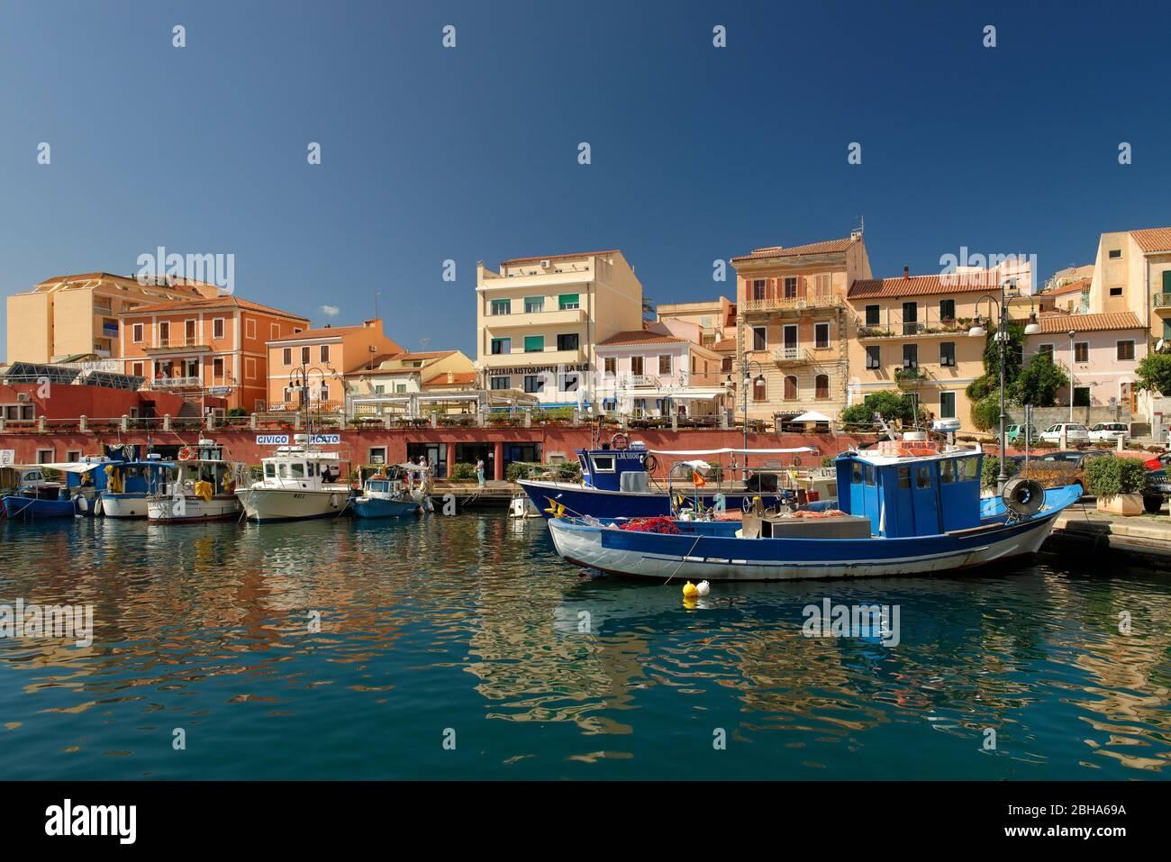 Ciudad vieja y puerto de la Maddalena, mar Mediterráneo, provincia de Olbia-Tempio, Cerdeña, Italia Foto de stock