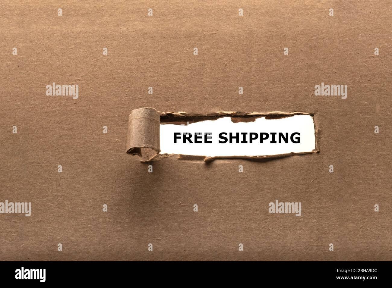 Papel roto revelando mensaje de envío gratuito Foto de stock