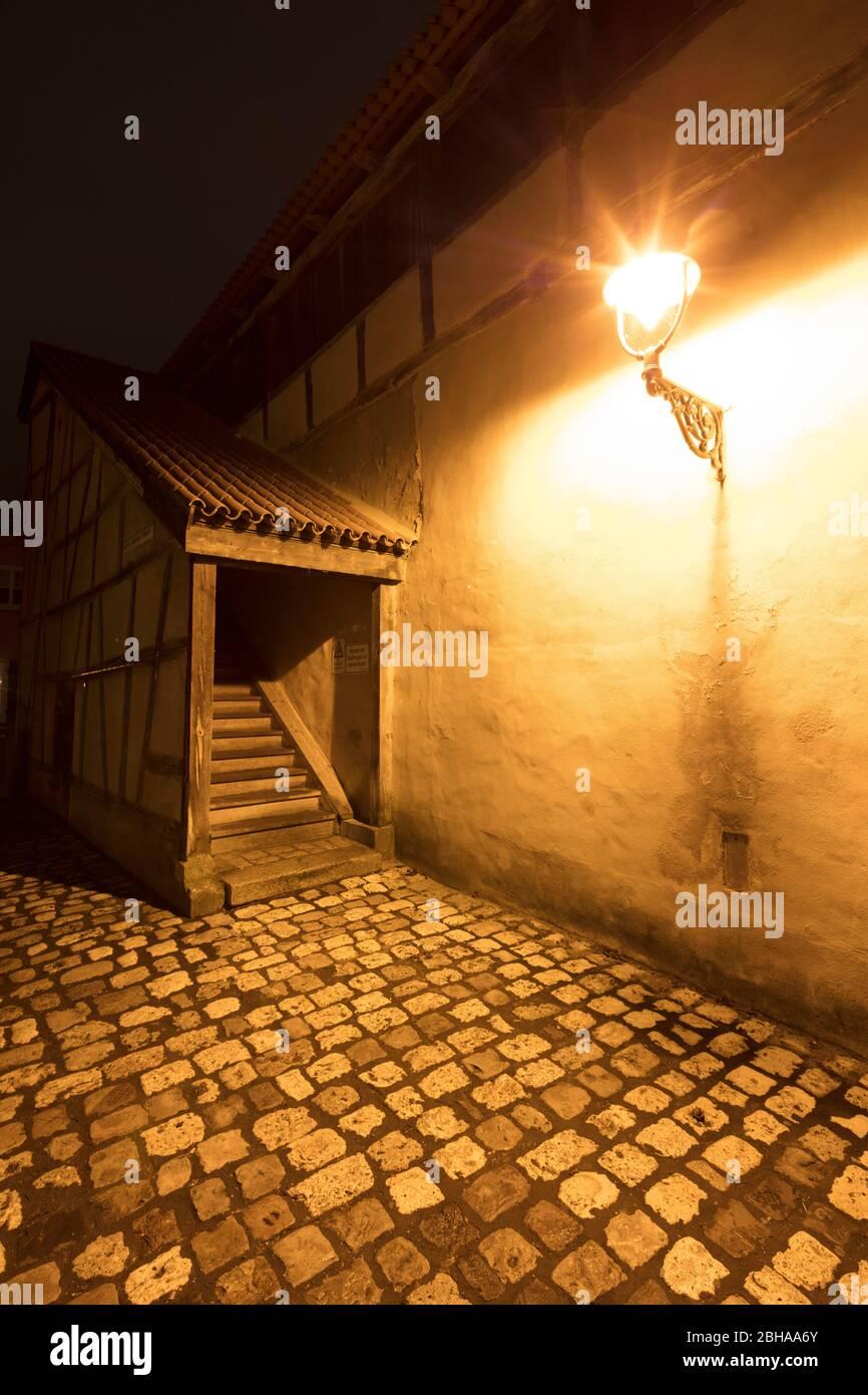 Vistas a la ciudad, muralla de la ciudad, hora azul, invierno, Nördlingen, Donau Ries, Baviera, Alemania, Europa Foto de stock