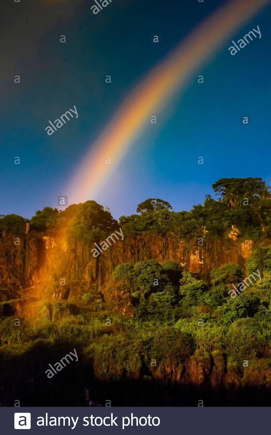 Arco iris, Cataratas del Iguazú (Iguazú en portugués), en la frontera de Brasil y Argentina. Es una de las nuevas 7 Maravillas de la naturaleza y es una de las más grandes del mundo de la UNESCO Foto de stock